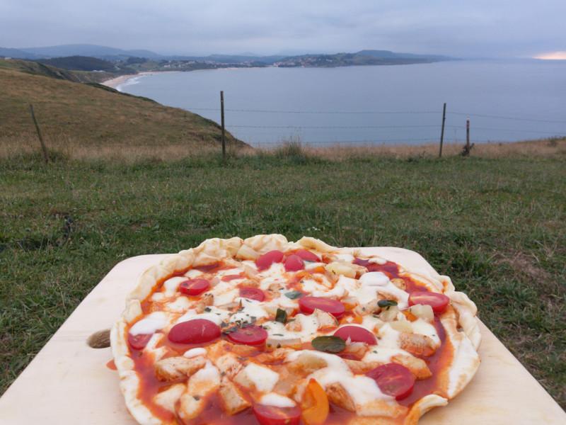 Pizza aus der Vanküche mit Blick auf San Vicente