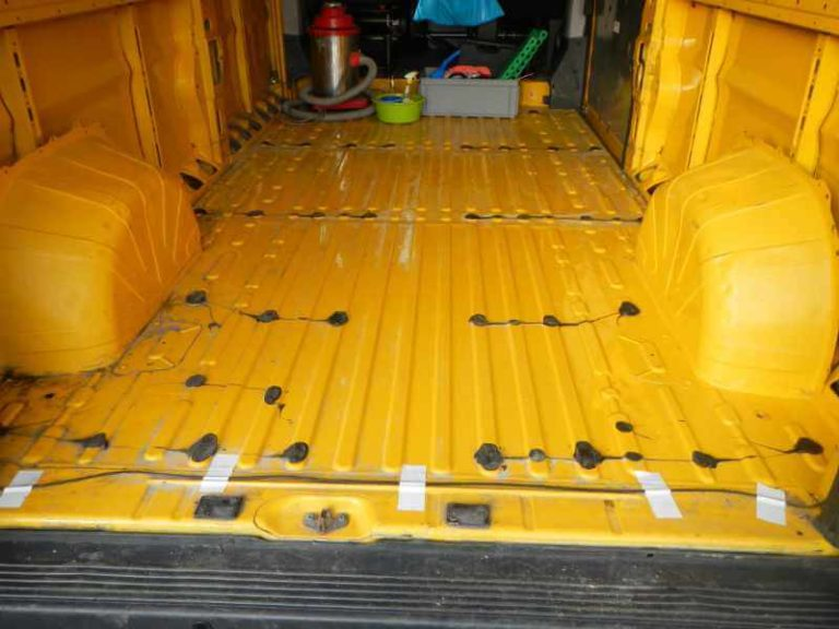 Karosserie vorbereiten: Silikon vom Boden entfernen