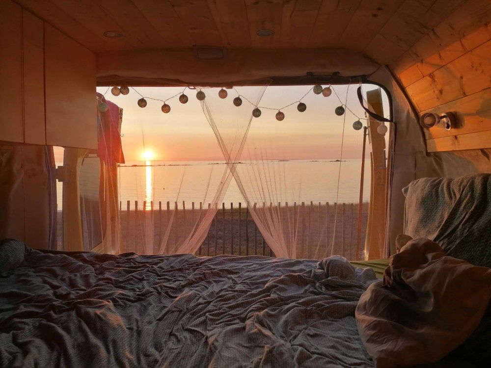 Endlich wieder am Meer - Vanlife mit Sonnenuntergang in der Bretagne