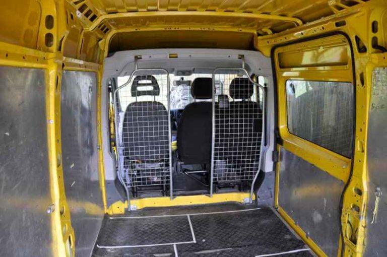 Karosserie vorbereiten: Trennwand und Blech-Seitenwände entfernen