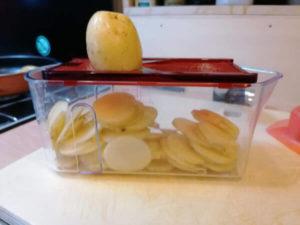 Kartoffel raffeln für Kartoffel Gratin, Rezept aus der Van Küche von Vroni's Vanlife