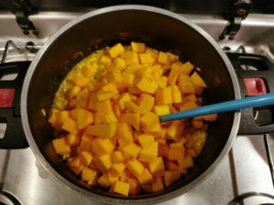 Kürbis zum Risotto Reis geben für Kürbis Risotto, Rezept aus der Van Küche von Vroni's Vanlife