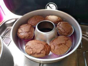 Schoko Muffins nach dem Backen aus der Van Küche von Vroni's Vanlife