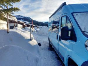 Winter Camping im Schnee vom Vangirl Lifestyle von Vroni's Vanlife Camper Winterfest
