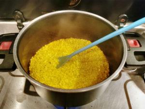 Flüssigkeit dazugeben - Kürbis Risotto, Rezept aus der Van Küche von Vroni's Vanlife