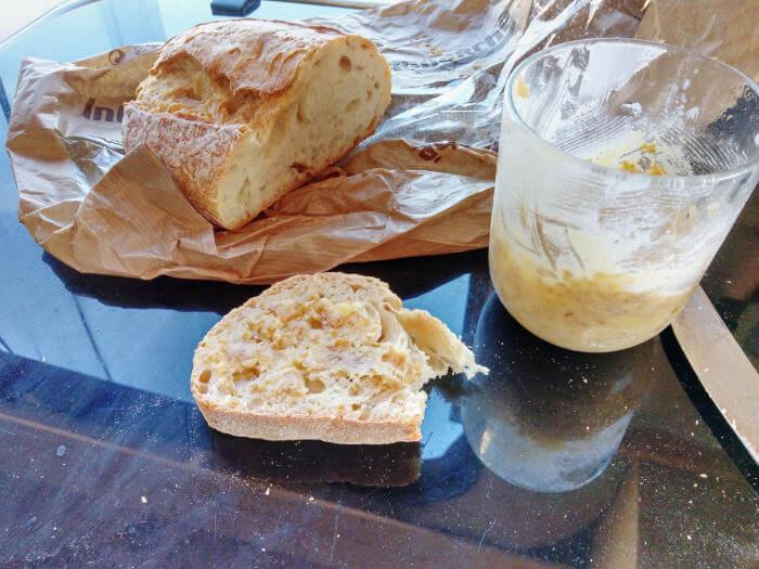 Sesam Butter Brot essen, Rezept aus der Van Küche von Vroni's Vanlife
