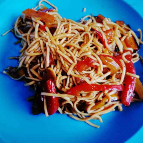 Wok-Pfanne auf dem Teller angerichtet, Rezept aus der Van Küche von Vroni's Vanlife