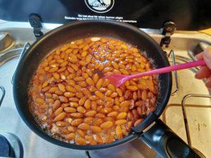 Gebrannte Mandeln - Mandeln dazugeben und aufkochen - Rezept aus der Van Küche von Vroni's Vanlife