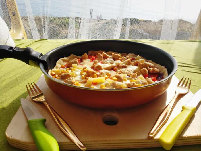 Pizza aus der Pfanne, Rezept aus der Van Küche von Vroni's Vanlife