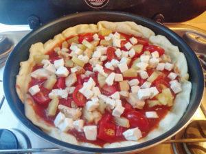 Pizza aus der Pfanne, Pizza mit allen Zutaten belegen
