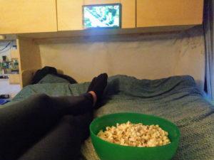 Popcorn im Topf machen und beim Film schauen im Wohnmobil geniessen