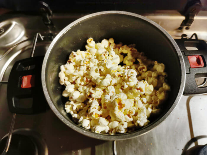 Popcorn im Topf machen auch im Wohnmobil - Popcorn poppt im Topf