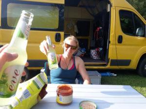 Sommer 2017 durch die Schweiz, auf dem Camping angekommen und mit Bier anstossen