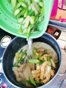 Pasta und Spargeln in die Rahm Sauce geben und heiss werden lassen für das Pasta mit grünem Spargel - One Pot - Rezept