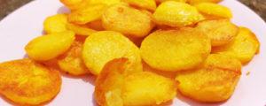 Schmelzkartoffeln-nah Aufnahme auf einem rosa Teller, Rezept von Vroni's Vanlife