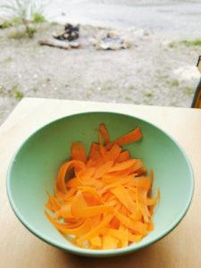 Karotten raffeln für Couscous Salat, Rezept von Vroni's Vanlife
